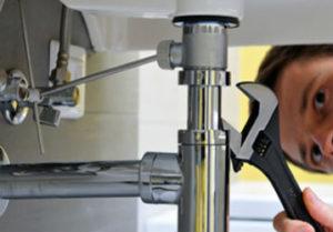 Услуга вызвать сантехника на дом в Челябинске. Протяжка болтовых соединений смесителя на кухни квартиры. Осмотр труб на протечку.