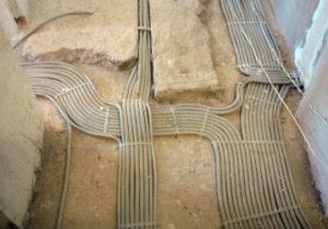 Промышленные электромонтажные работы в Златоусте. Укладка кабеля в гофру с прокладкой в бетонный пол здания. Заливка стяжки 20 см.