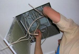 Цена услуги электрика порадовала заказчика. Монтаж распределительного металлического шкафа под навесным потолком. Установка лючка в гипсокартон.