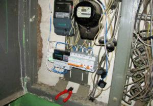 Замена электросчетчика в Златоусте. Определение сечения приходящего и уходящего кабеля подачи электропитания квартиры. Маркировка кабеля пофазно.