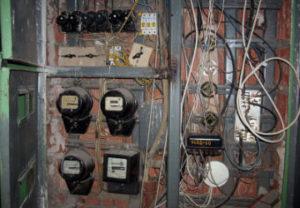 Замена электросчетчика в Челябинске. Протяжка болтовых соединений контактов провода потребления электроэнергии. Зачистка площадки.