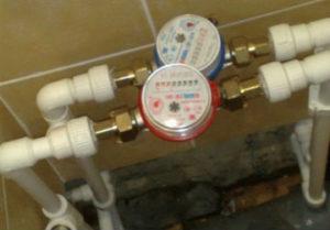 Замена старых трасс с установкой водосчетчиков в ванной Миасса.