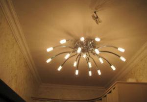 Установка люстры на навесной потолок в Миассе. Вывод питающего кабеля под крепление. Монтаж галогеновых лампочек освещения коридора 12 В.