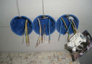 Установка розеток и выключателей в Челябинске. Подтягивание губок контактов приемника. Замена решеток ограничения включения.