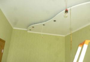 Установка точечных светильников в потолок в Миассе. Точки освещение разработали дизайнеры совместно с хозяином квартиры.