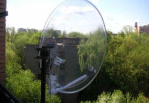 Установка спутниковых ТВ антенн в Челябинске. Крепеж кронштейнов на фасад здания под направление сигнала волн.