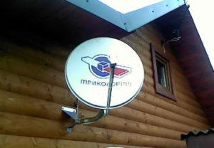 Установка ТВ антенн в Златоусте. Спутниковая тарелка Триколор TV монтировалась на деревянный брус стены. С подключением кабеля.