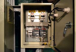 Установка щита управления в Челябинске. Подключение кнопочных станций управления насосами. Регулировка мощностей перегрузки.