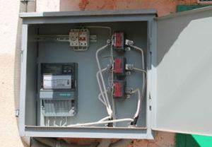 Установка электросчетчика в частном доме. Подключение трансформаторов тока 600А к уходящему кабелю на электроустановку. Выполнено специалистами.