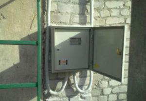 Установка электросчетчиков в Челябинске. Вывод питающего кабеля на фасад здания. Установка шкафа. Монтаж схемы.
