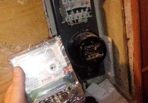 Остановить возгорание проводки и настроить учет, поможет замена электро прибора. Цена установки электросчетчиков в квартире зависит от сложности монтажа.