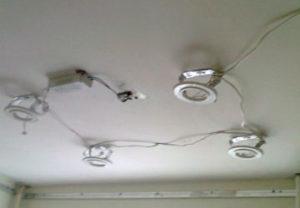 Цена установки светильников в натяжной потолок порадовала заказчика. Монтаж производился исключительно профессионалами электромонтажа.