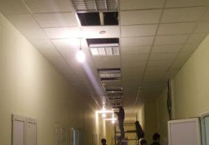 Установка потолочных светодиодных светильников в Златоусте. Подготовка работ с навесом временной гирлянды освещения. Потолок Армстронг.