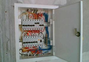 Установка щитов управления в Челябинске. Монтаж разводки подачи питания освещения прожекторами производственного цеха.
