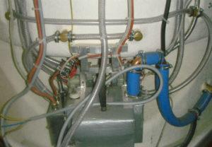 Установка душевой кабины в Златоусте. Закуп и монтаж хомутов диаметром 16 мм. Насаживание трубы и сборка системы подачи воды.