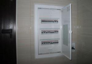 Вызвать электрика на дом в Златоусте. Просмотр автоматов по отключению, замена испорченного автоматического выключателя.