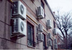 Установка кронштейнов и монтаж кондиционеров в Челябинске на фасад здания. Сверление отверстий под медный проводник газа.
