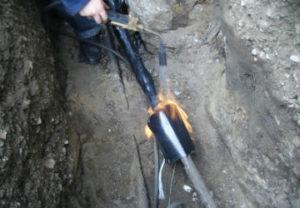 Монтаж соединительной кабельной муфты в Миассе. Раскопка траншеи в ручную.