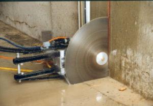 Стоимость алмазной резки монолитного бетона в Копейске низкая. Подача воды без пыли.