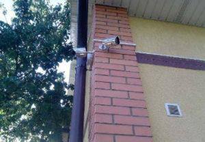 Установка видеонаблюдения в Копейске. На углу фасада здания для лучшего обзора местности.