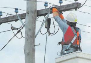 Подключение электричества в частный дом в Челябинске. Питание взято с изоляторов деревянной опоры.