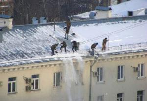 Уборка снега с кровли в Златоусте
